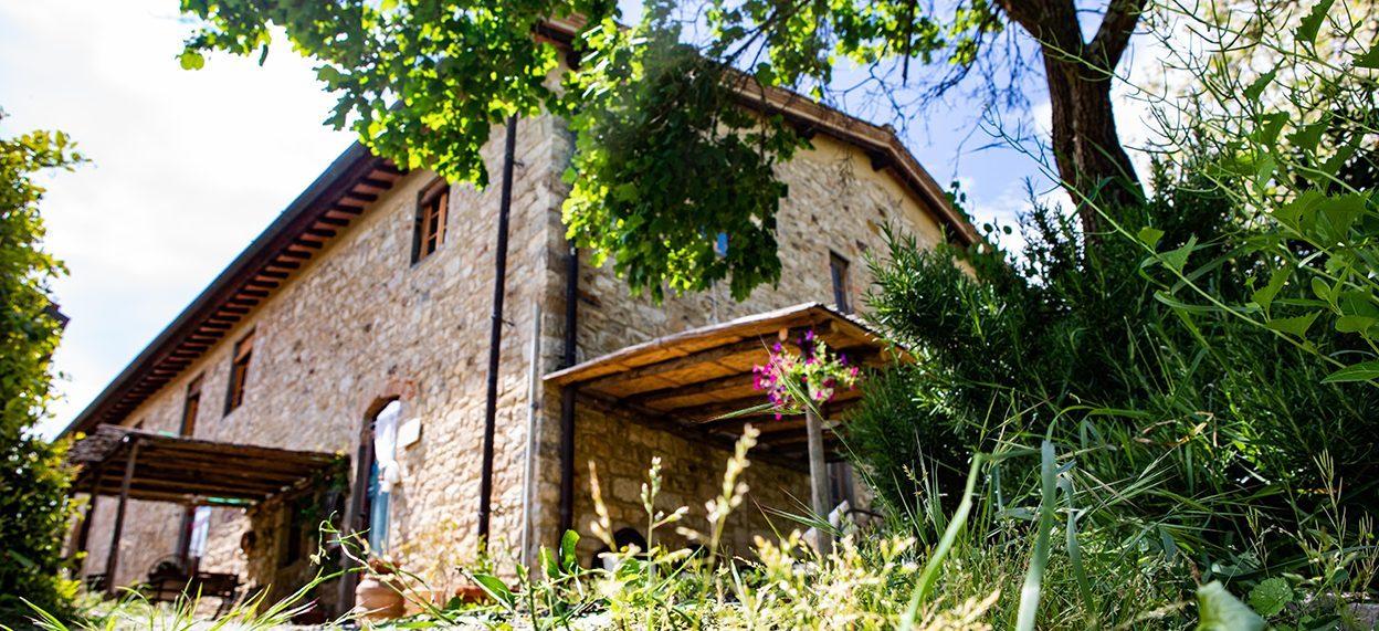 Casa San Angelo è una casa di campagna nel Chianti, ideale per ospitare gruppi numerosi che desiderino trascorrere un soggiorno vicino a Firenze, godendo appieno l'esperienza della tradizione toscana.